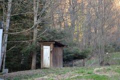 Outhouse στα ξύλα στοκ φωτογραφία