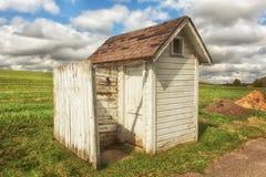 Outhouse στην άκρη του λιβαδιού Στοκ φωτογραφία με δικαίωμα ελεύθερης χρήσης