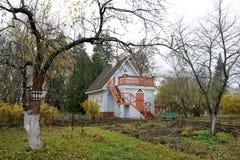 Outhouse Chekhov's μεταξύ των δέντρων της Apple Στοκ φωτογραφίες με δικαίωμα ελεύθερης χρήσης