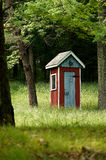 Outhouse operato del paese immagini stock