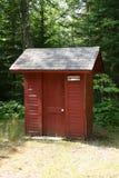 Outhouse vermelho foto de stock