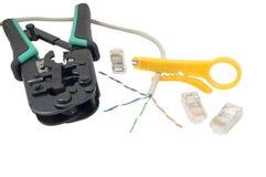 Outil à sertir avec un câble de réseau d'isolement Photographie stock libre de droits