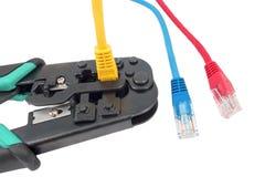 Outil à sertir avec un câble de réseau d'isolement Images stock