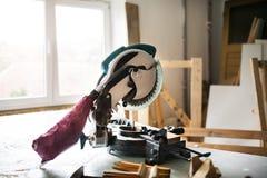 Outil électrique dans une salle de travail de charpentier Photo libre de droits