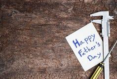 Outil avec la fête des pères de mot sur le papier Image stock