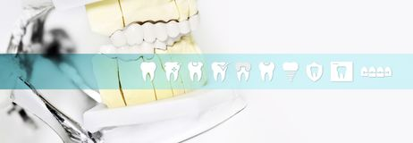Outil d'articulateur de concept de technicien dentaire avec des icônes de dents et photos libres de droits