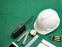Outil d'artisan, équipement de construction pour le travailleur de l'homme, casque blanc de sécurité, talkie - walkie, émetteur-r Image stock