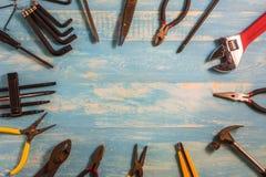 Outil d'artisan de vue supérieure sur une table en bois Photos libres de droits
