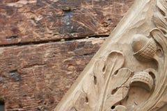 Outil de burin en bois de charpentier avec le découpage sur le vieil établi en bois superficiel par les agents Image stock