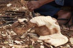 Outil de burin en bois de charpentier avec les copeaux lâches sur vieux superficiel par les agents Photo libre de droits