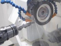 Outil de coupe de meulage par la machine de meulage image stock