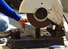 Outil de coupe industriel en métal dans le fonctionnement de boutique d'usine de fer et le c images libres de droits