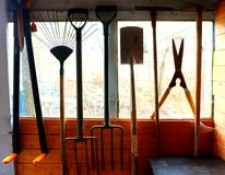 Outil de jardin accrochant dans une fenêtre de hangar Images libres de droits