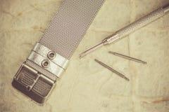 Outil de lot d'accessoires de réparation de montre dans le style de photo de vintage images libres de droits