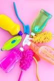 Outil de ménage Détergents, savon, décapants et brosse pour le travail de housecleaner sur l'espace de vue supérieure de fond de  images libres de droits