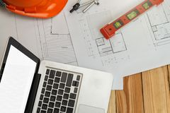 Outil de mesure avec le casque et ordinateur portable sur le modèle, concept architectural image libre de droits