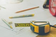 Outil de mesure avec le stylo et crayon sur le modèle, concept architectural images libres de droits