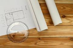 Outil de mesure, rapporteur sur le modèle, concept architectural photographie stock