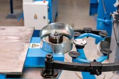 Outil de roulement de production, machine électrique la production de la ventilation et des gouttières Outil et équipement de rec images libres de droits