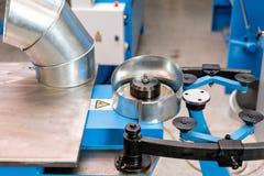 Outil de roulement de production, machine électrique la production de la ventilation et des gouttières Outil et équipement de rec photos libres de droits