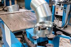 Outil de roulement de production, machine électrique la production de la ventilation et des gouttières Outil et équipement de rec photo stock