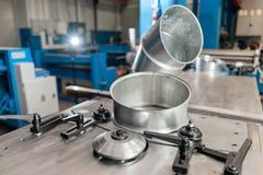 Outil de roulement de production, machine électrique la production de la ventilation et des gouttières Outil et équipement de rec image libre de droits