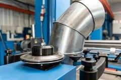 Outil de roulement de production, machine électrique la production de la ventilation et des gouttières Outil et équipement de rec images stock