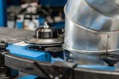 Outil de roulement de production, machine électrique la production de la ventilation et des gouttières Outil et équipement de rec image stock