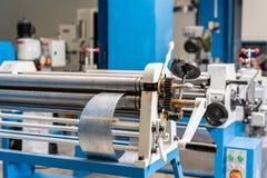 Outil de roulement de production, machine électrique la production de la ventilation et des gouttières Outil et équipement de rec photographie stock