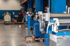 Outil de roulement de production, machine électrique la production de la ventilation et des gouttières Outil et équipement de rec photographie stock libre de droits