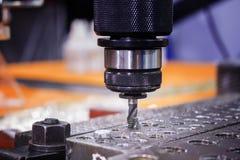 Outil de tapement dans l'axe branchant sur un trou dans la plaque d'acier Photo libre de droits