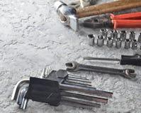 Outil de travail sur un fond concret gris Clés, marteau, tournevis, pinces Vue supérieure, l'espace de copie Photographie stock