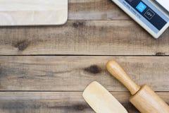 Outil en bois de boulangerie avec les échelles numériques sur la table en bois Photos stock