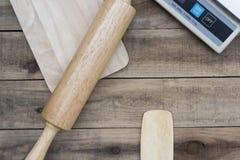 Outil en bois de boulangerie avec les échelles numériques sur la table en bois Photo libre de droits
