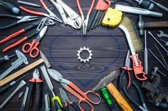 Outil et coeur sur le fond en bois foncé Amour pour votre travail, le jour de père photo stock