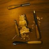 Outil pour découper sur une table, les puces et le chiffre du bois Photos stock