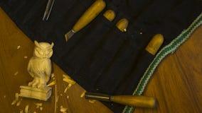 Outil pour découper sur une table, les puces et le chiffre du bois Images stock