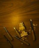 Outil pour découper sur une table, les puces et le chiffre du bois Photos libres de droits