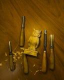 Outil pour découper sur une table, les puces et le chiffre du bois Images libres de droits