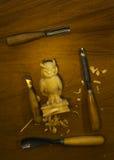 Outil pour découper sur une table, les puces et le chiffre du bois Image libre de droits