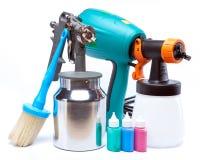 Outil pour une peinture des surfaces - mécanique électrique et manuel de pistolet de pulvérisation sur un fond blanc Image libre de droits
