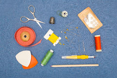 Outils à main de couture, bobines de fil, et boutons Photos stock