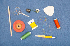 Outils à main et bobines de couture de fil Photographie stock libre de droits