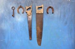 Outils antiques de jardin et de ferme sur le vieux mur en bois photographie stock libre de droits