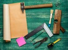 Outils assortis de travail sur le fond en bois Wiew supérieur photo libre de droits