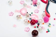 Outils avec des perles et fil pour le métier Photos stock