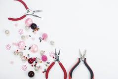 Outils avec des perles et fil pour le métier Images libres de droits