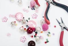 Outils avec des perles et fil pour le métier Photographie stock