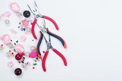 Outils avec des perles et fil pour le métier Images stock