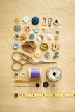 Outils, boutons, et ruban métrique de couture de base Photos libres de droits